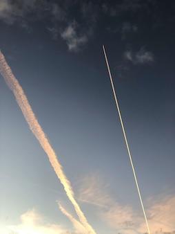 Estelas de vapor de un avión en el cielo