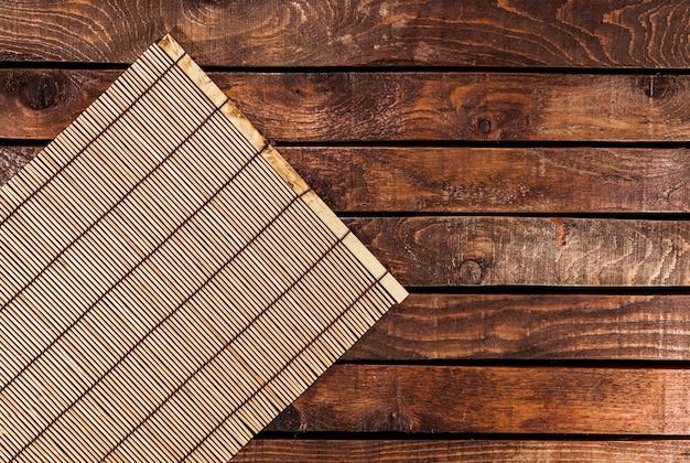 Estera de bambú en mesa de madera