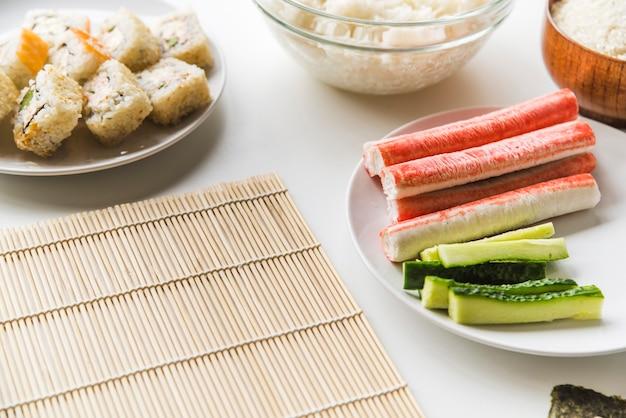 Estera de sushi con ingredientes