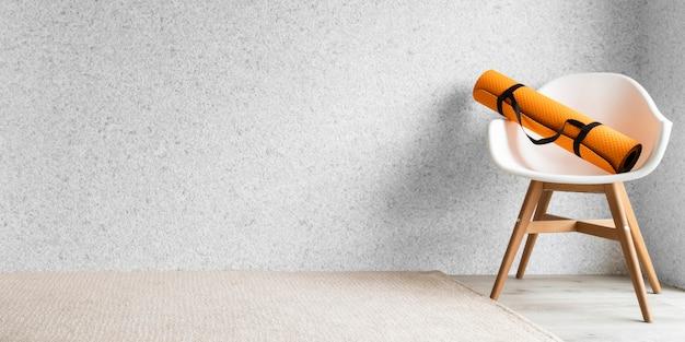 Esterilla de yoga en silla en interiores