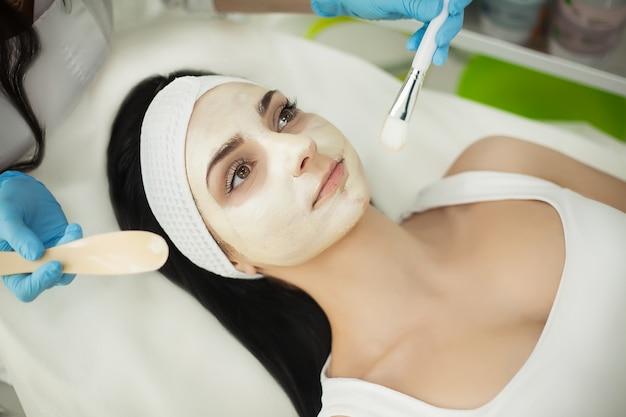 Esteticista aplicando polvo cosmético blanco