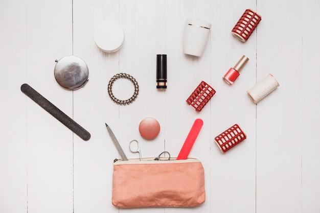Esteticista femenina sin fondo. un número infinito de cosas almacenadas en bolsos. un montón de cosméticos