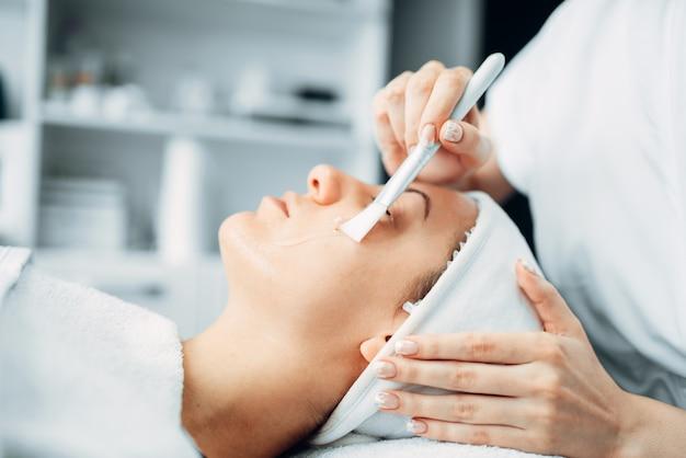 Esteticista hace el procedimiento de rejuvenecimiento al paciente