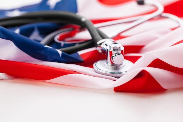 Estetoscopio en la bandera nacional estadounidense, de cerca