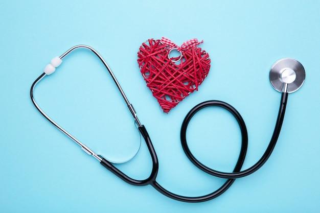 Estetoscopio y corazón en azul