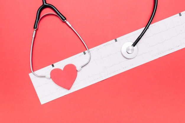 Estetoscopio y corazón en cardiograma