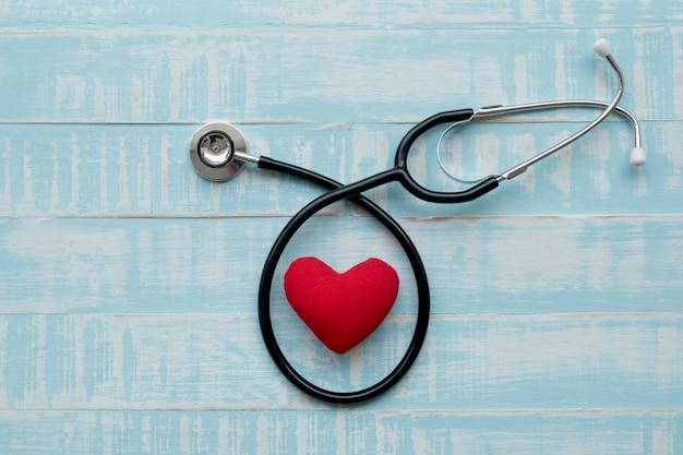 Estetoscopio y corazón rojo corazón check.concept cuidado de la salud.