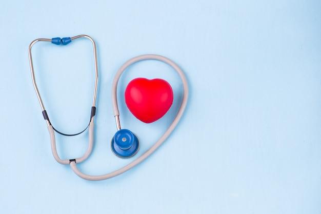 Estetoscopio y un corazón rojo.