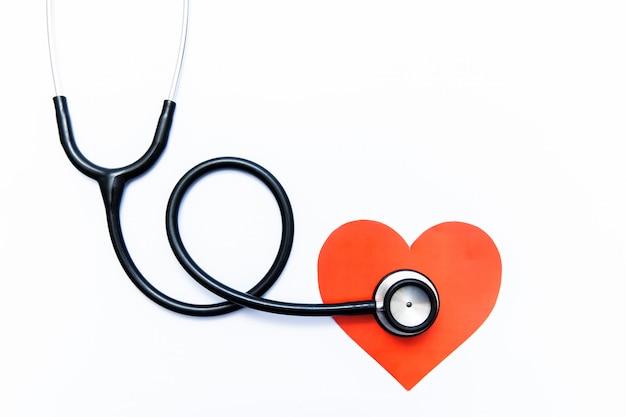 Estetoscopio y corazón sobre fondo blanco