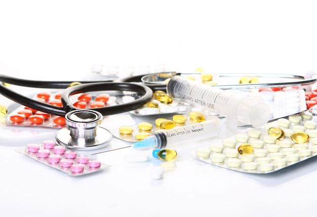 Estetoscopio con diferentes productos farmacéuticos.