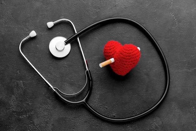 Estetoscopio y forma de corazón