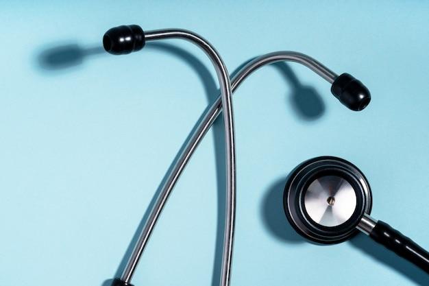 Estetoscopio, herramienta para cardiólogo, médico. equipo de herramientas médicas. concepto de diagnóstico de medicina.