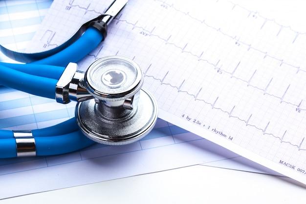 Estetoscopio en hoja de cardiograma