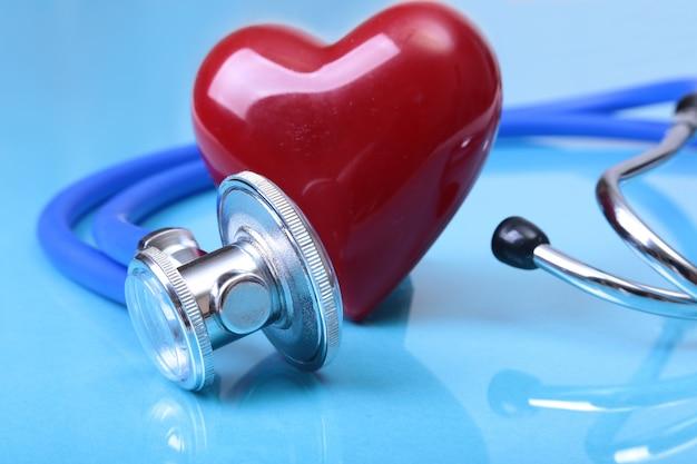 Estetoscopio médico y corazón rojo aislado