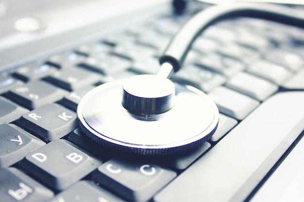Estetoscopio médico en el fondo del ordenador portátil compyter