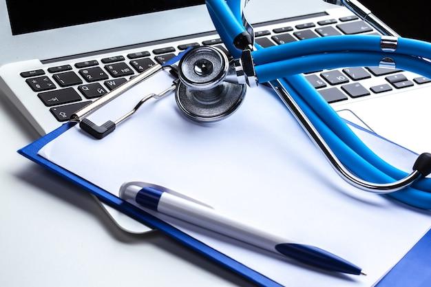 Estetoscopio médico en teclado de computadora