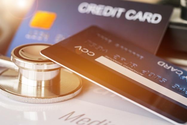 Estetoscopio en mock up tarjeta de crédito con titular de la tarjeta
