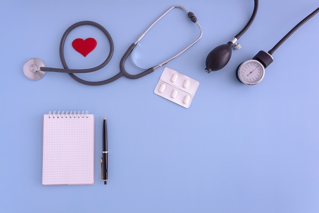 Estetoscopio monitor de presión arterial bloc de notas lápiz monitorización de la presión arterial de atención médica