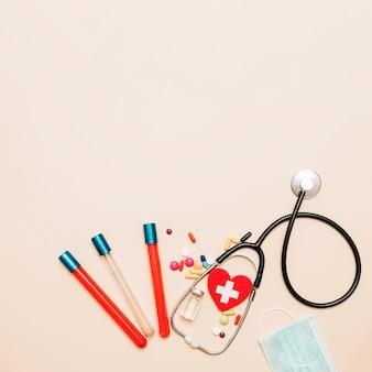 Estetoscopio y muestras de sangre cerca de medicamentos