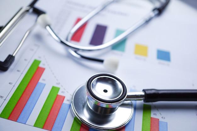 Estetoscopio, papel de gráfico de carta, finanzas, cuenta, estadística, datos analíticos de la investigación.