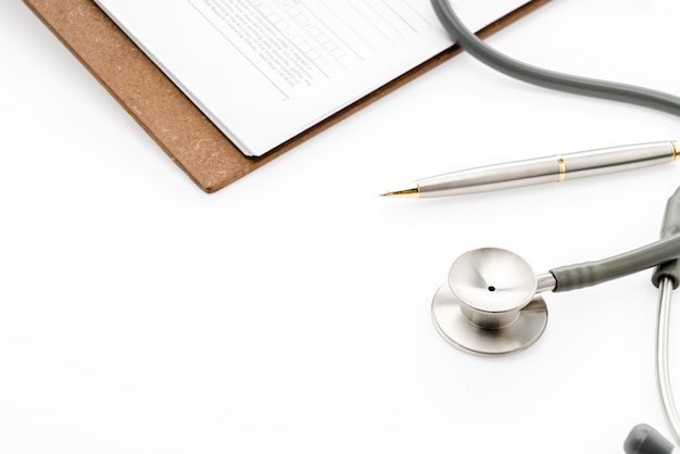Estetoscopio con la pluma en la información del paciente