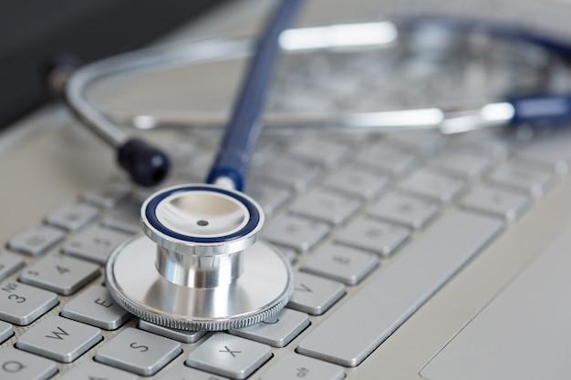 Estetoscopio en primer plano del teclado de la computadora portátil. concepto médico. medicina moderna y concepto de equipo de alta tecnología.