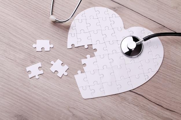 Estetoscopio en rompecabezas, resolviendo el misterio de la atención médica
