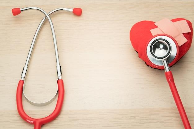 Estetoscopio y símbolo de corazón rojo, sanidad, medicina y seguros.