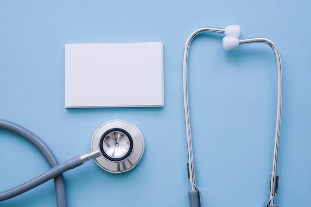 Estetoscopio y tarjeta de visita con fondo azul