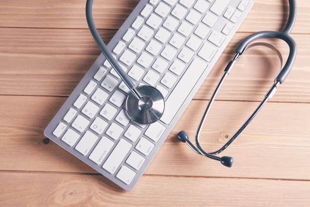 Estetoscopio en un teclado de computadora