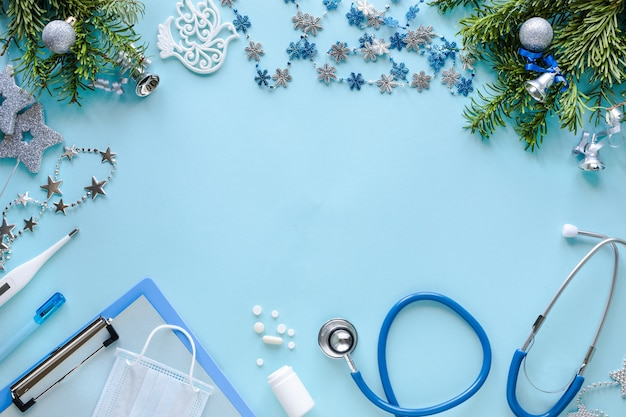 Estetoscopio, termómetro, portapapeles en blanco y adornos navideños