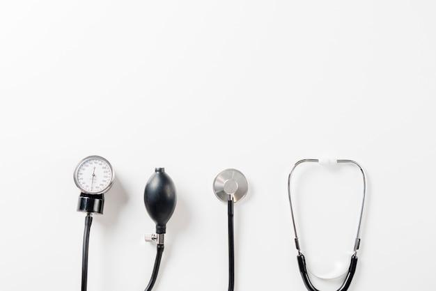 Estetoscopio y tonómetro