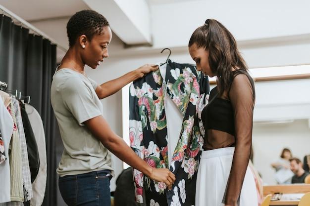 Estilista escogiendo un outfit para la modelo.