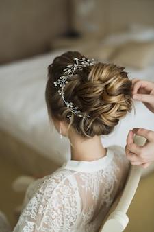 El estilista hace que el cabello sea la novia