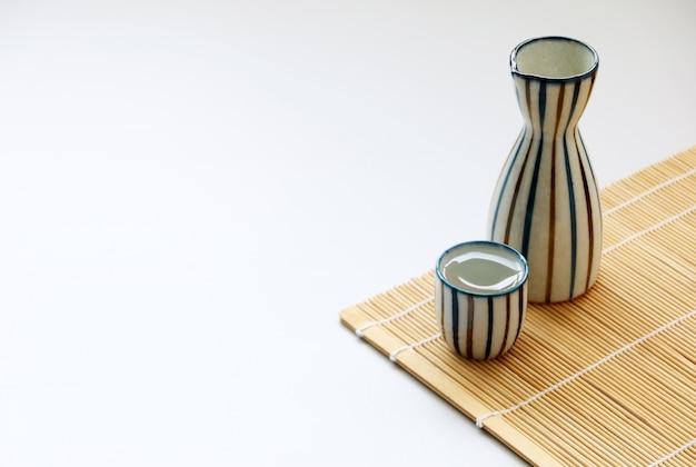 Estilo de bebida oriental de sake japonés sobre la mesa