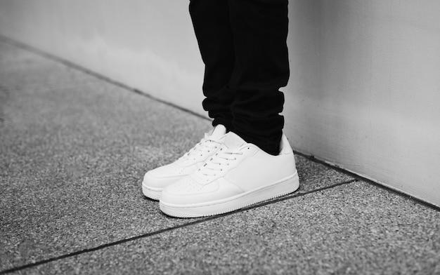 Estilo callejero de mezclilla y zapatillas de deporte