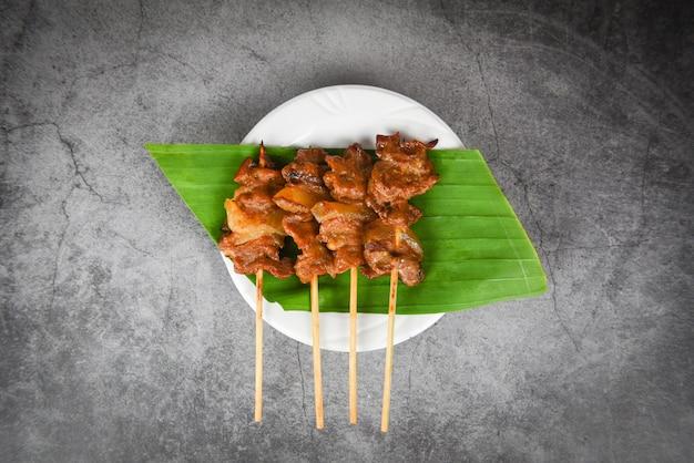 Estilo de comida callejera asiática tailandesa de cerdo a la parrilla