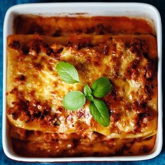Estilo de comida italiana. plato de lasaña.
