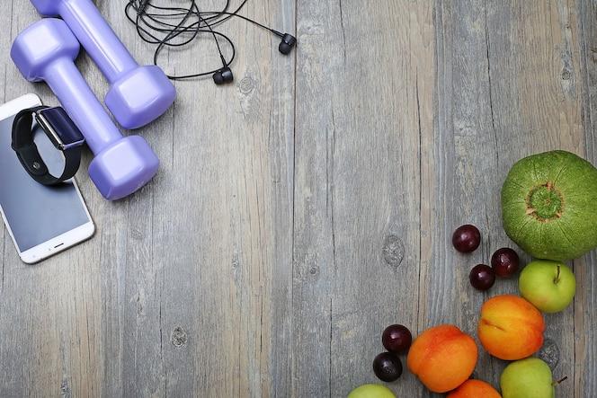 Estilo de vida saludable mancuerna elegante reloj y fruta