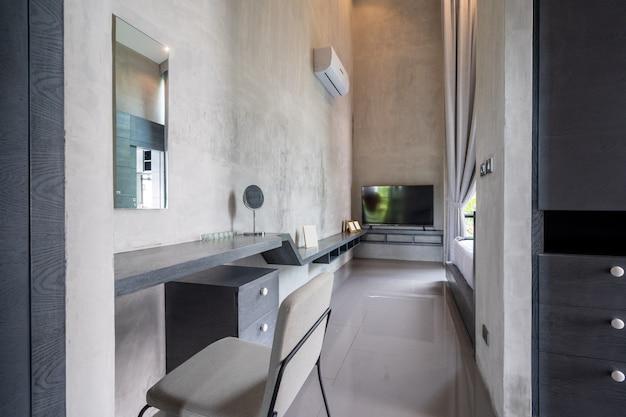 Estilo de decoración loft y moderno con espacio de trabajo y escritorio de estudio.