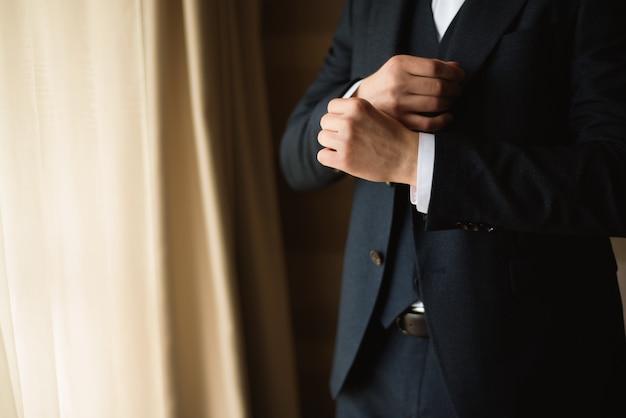 El estilo del hombre traje de vestir, camisa y puños