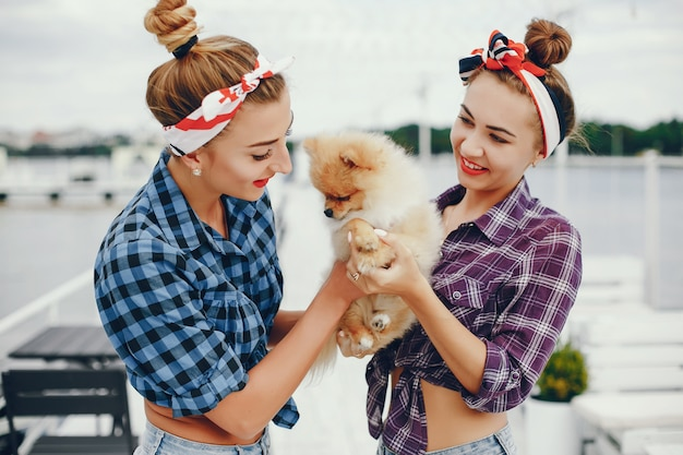 Con estilo pin up chicas con el perrito