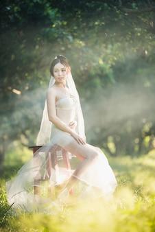 Estilo tailandés de la boda de la muchacha atractiva asiática