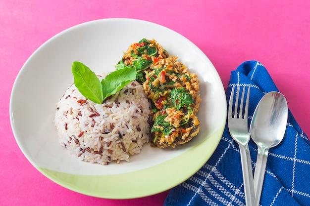 Estilo tailandés frito albahaca con carne picada de cerdo y huevo en conserva y arroz mezclado