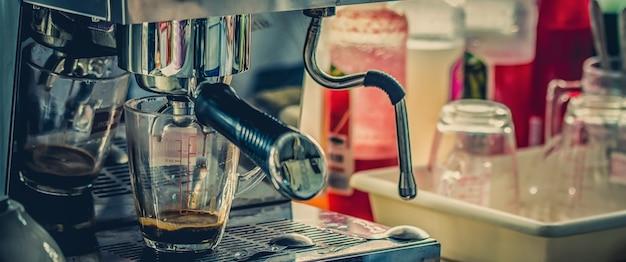Estilo de tono cinemático de cafetería, relajación