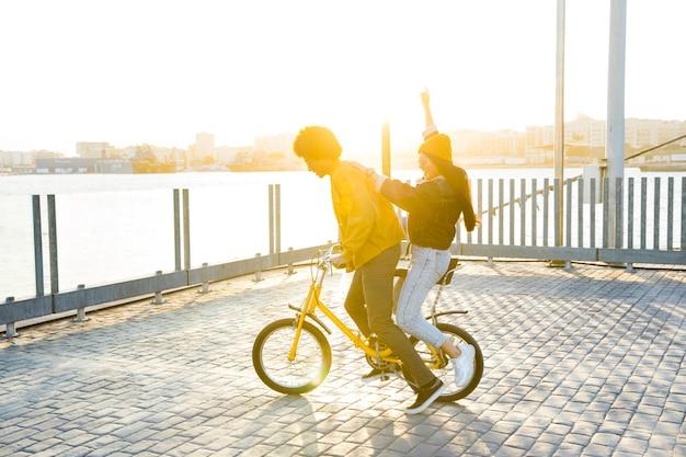 Estilo de vida de amigos jóvenes al aire libre