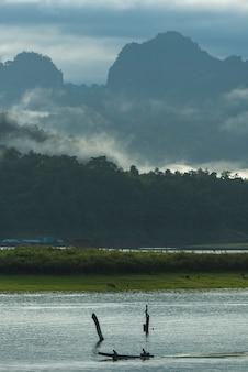 Estilo de vida con un barco en un gran embalse en sangklaburi kanchanaburi, tailandia