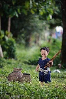 Estilo de vida feliz en el lado de país de tailandia.