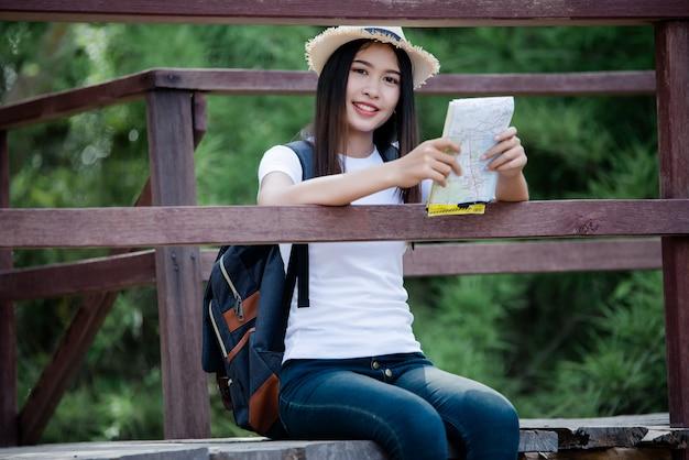 Estilo de vida feliz mujer hermosa torist para viajar en viaje salvaje senderismo durante las vacaciones.
