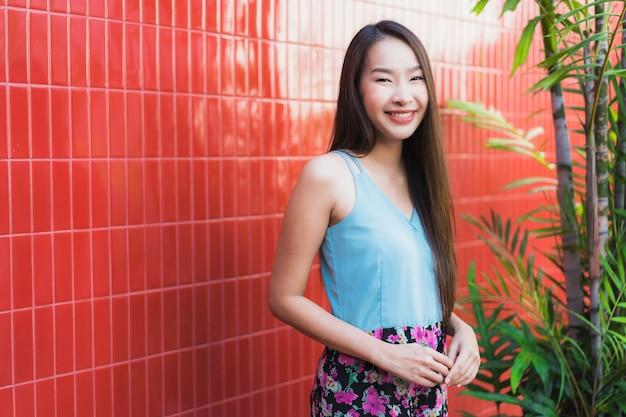 Estilo de vida feliz de la sonrisa de la mujer asiática joven hermosa